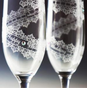 ドリンクもレースに包まれてるような、華やか可愛いペアワイングラス